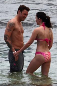 megan_fox_pink_bikini_hawaii_14-450x675