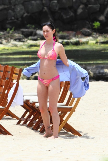 megan_fox_pink_bikini_hawaii_2-450x674