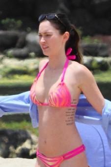 megan_fox_pink_bikini_hawaii_3-450x675