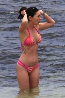 megan_fox_pink_bikini_hawaii_8-450x675